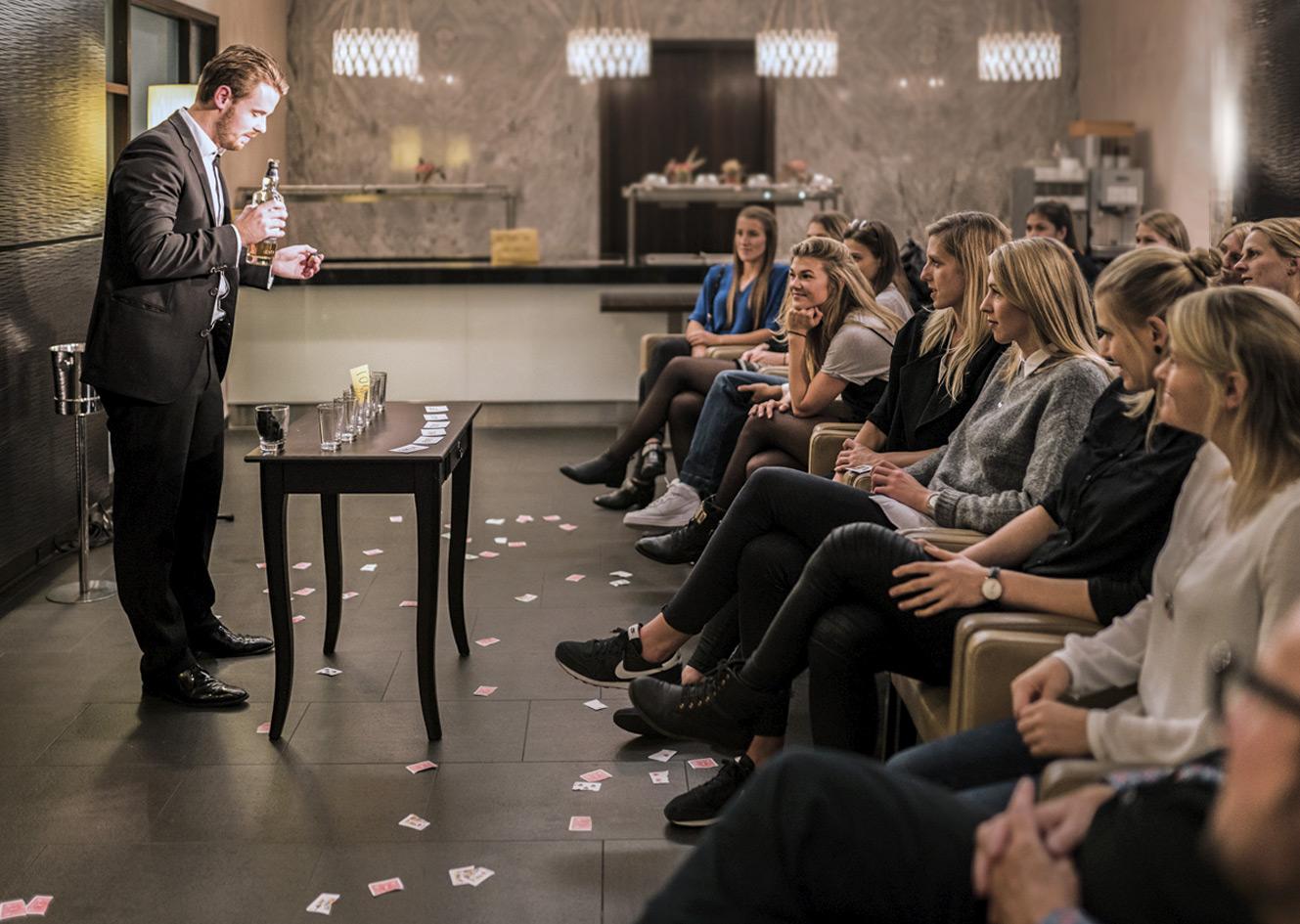 Bastian Fischer und Zuschauer im Salon Nouveau
