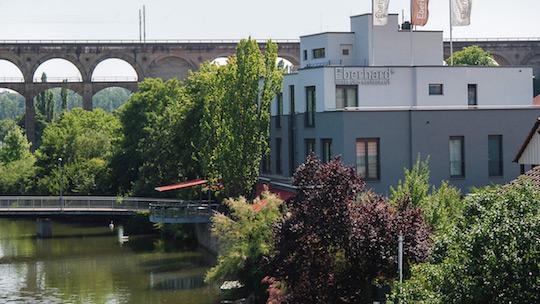 Das Eberhards vor dem Viadukt am Wasser