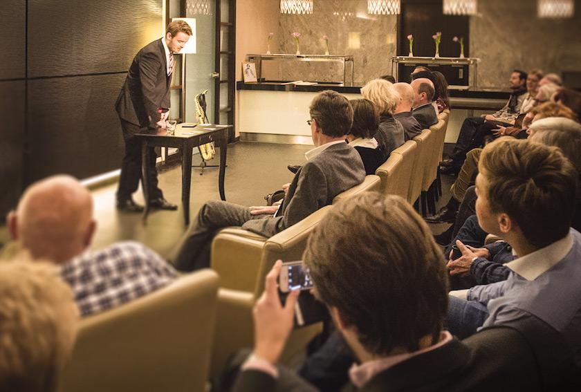 Bastian Fischer mit Gästen im Salon Nouveau